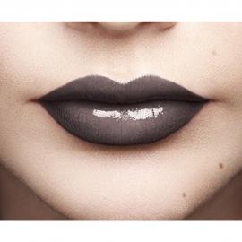 Lip Paint Infaillible Lacquer - 108 Smokey Grey rendu sur les lèvres