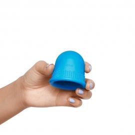 Ventouse anti-cellulite Cellublue dans une main